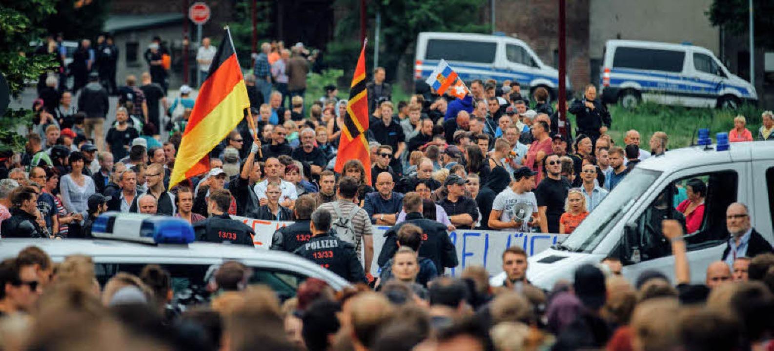 Kundgebung vor Freitaler Flüchtlingsheim  | Foto: Oliver Killig
