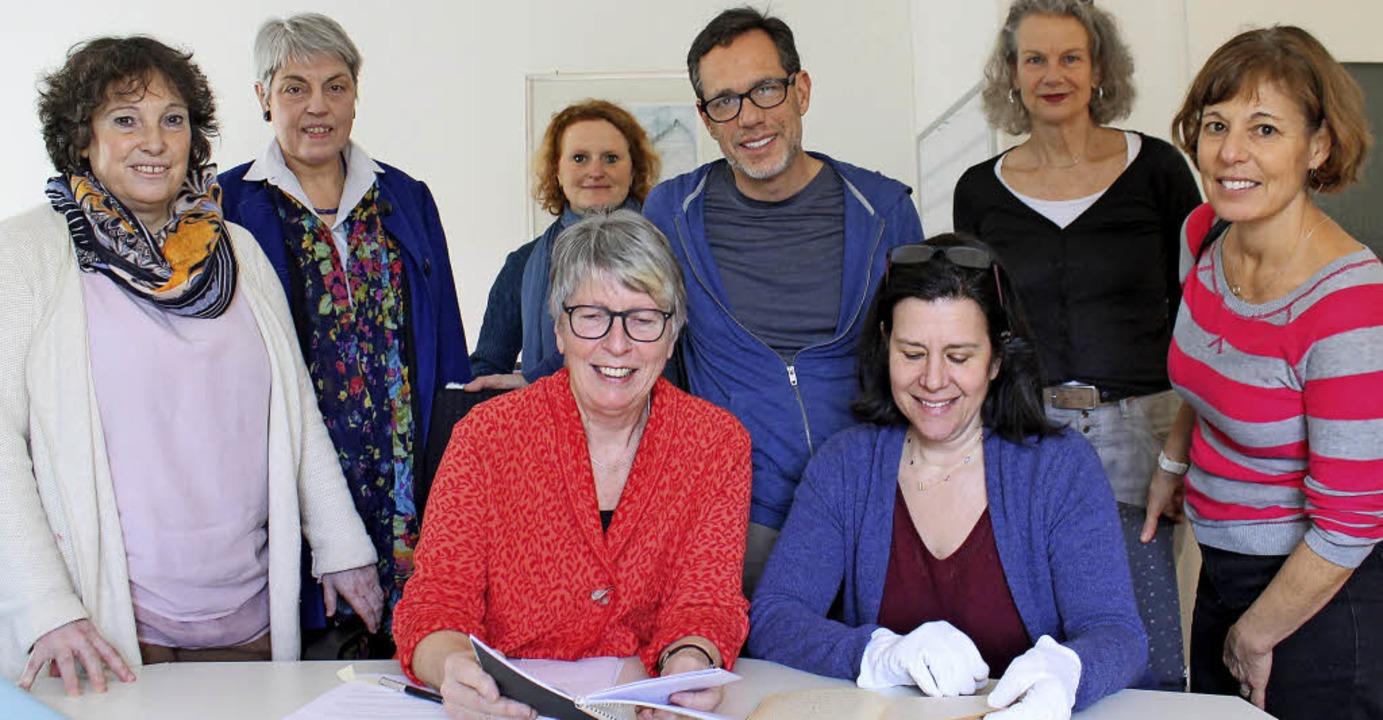 Betrachten gemeinsam das Tagebuch von ...Lese, Nika Schneider und Deborah Towe.    Foto: Gerhard Seitz