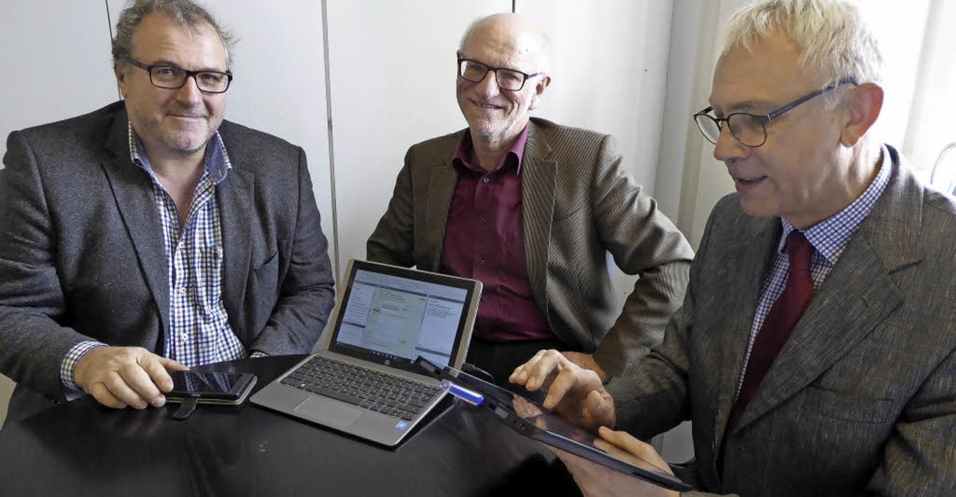 Ob mit Smartphone, Laptop oder Tablet ...mensteuer) und Stefan Bauer (l., EDV).  | Foto: Seller
