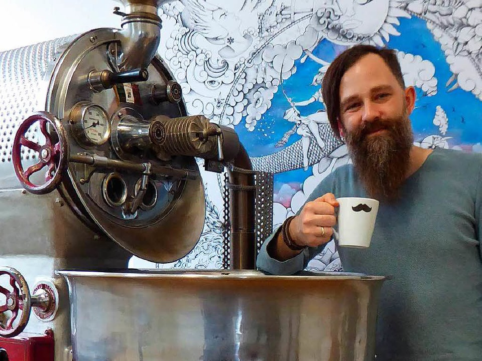 Christian Franz vor dem Röstgerät im Räuber Kaffee vor  | Foto: Peter Stellmach