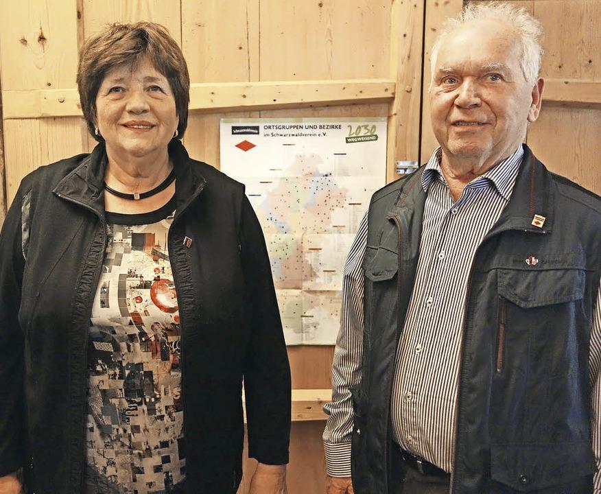 Rita Held und Erich Maier wurden für 5...iedschaft im Schwarzwaldverein geehrt.    Foto: Andreas Mahler