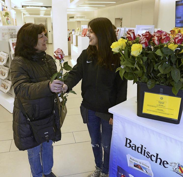 BZ-Auszubildende Alice Bühler verteilt Rosen an die weibliche Kundschaft.  | Foto: Ingo Schneider