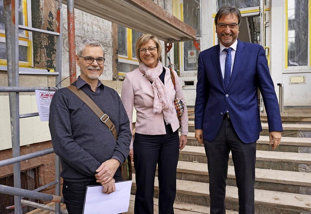 Zu dritt an  der Baustelle: Michael Sz...em Eingang zum künftigen Seniorenhaus.  | Foto: Julius Steckmeister