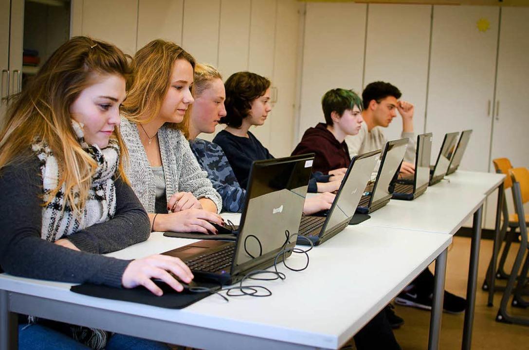 Schülerinnen und Schüler der Freien Wa...chule  beim Unterricht im Computerraum  | Foto: Freie Waldorfschule Lörrach