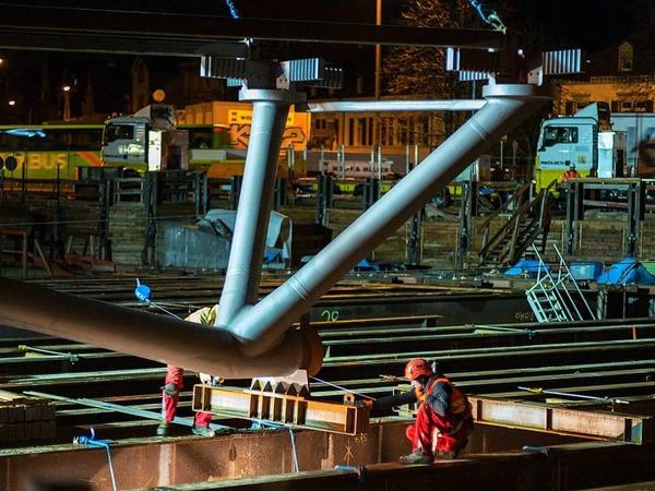Stahlbauteile für die neue Kronenbrücke werden geliefert und montiert.