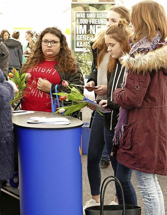 Schülerinnen mit Blumen beschenkt  | Foto: Carolin Jackermeier