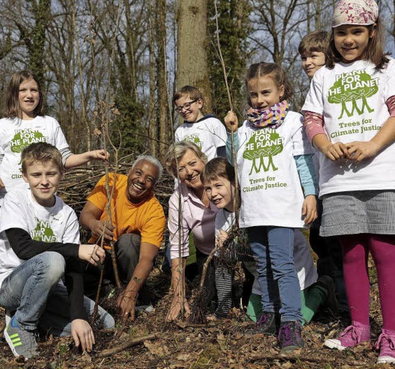 Beim  Umweltkonvent  haben 75  Kinder ...s T-Shirt)  rund 250 Bäume gepflanzt.     Foto: Markus Schwerer (FWTM)
