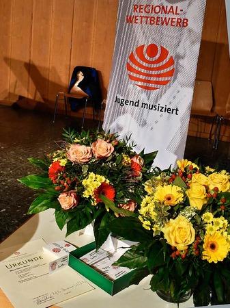 Urkunden, Blumen und Geschenke stehen bereit