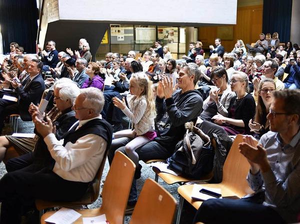 Applaus, Applaus: auch vom Hausherrn Hans-Joachim Kraus, dem Rektor des Faust-Gymnasiums (vordere Reihe außen)
