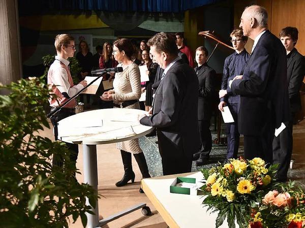 Zwischen Lorbeer und Blumen gab es die Urkunden und Geschenke, mit dabei Staufens Bürgermeisterstellvertreter Helmut Zimmermann (zweiter von rechts).