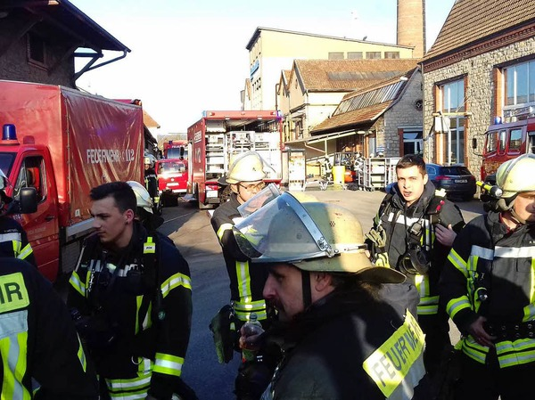 Bei der Lauffenmühle in Lörrach-Brombach ist ein Container mit Chemikalien in Brand geraten. Laut Polizei ist die Situation unter Kontrolle.