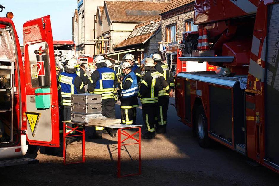 Bei der Lauffenmühle in Lörrach-Brombach ist ein Container mit Chemikalien in Brand geraten. Laut Polizei ist die Situation unter Kontrolle. (Foto: Paul Schleer)