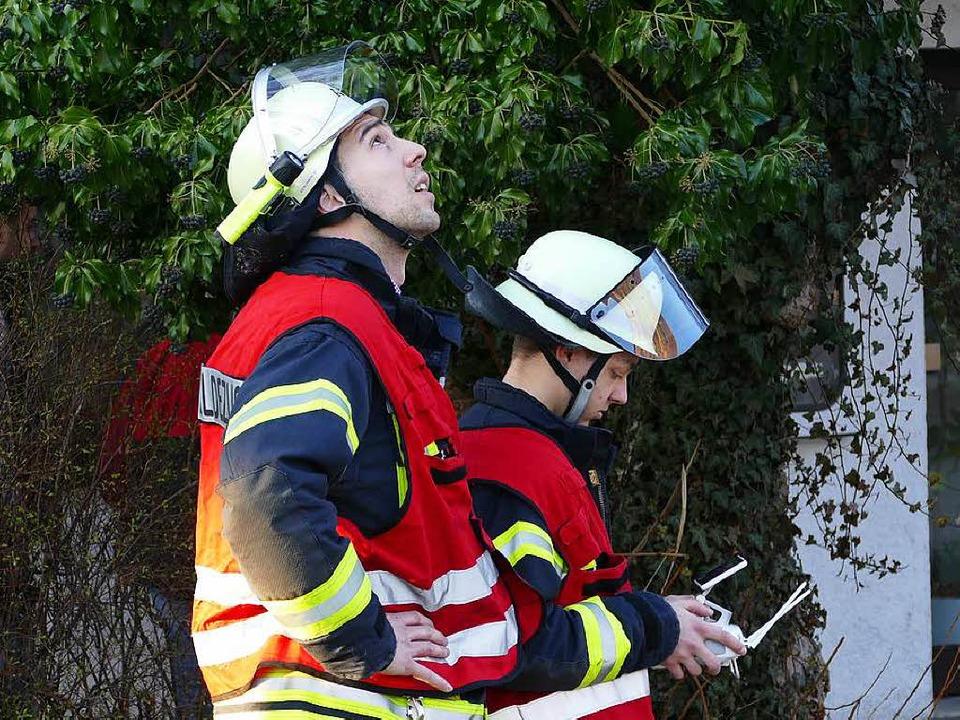 Feuerwehrleute steuern die Drohne.  | Foto: Peter Gerigk