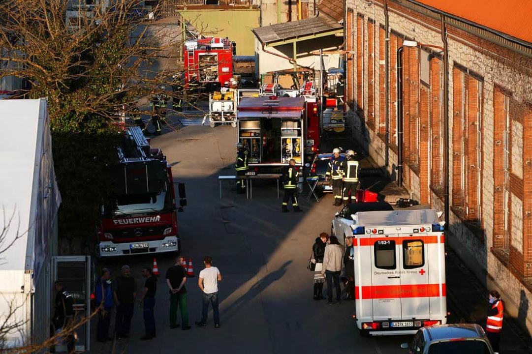 Einsatzkräfte postierten sich neben dem Fabrikgebäude.  | Foto: Peter Gerigk