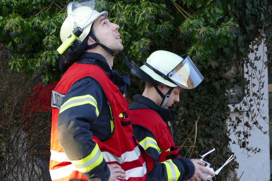 Kameramänner: Feuerwehrleute steuern eine<ppp></ppp> (Foto: Peter Gerigk)