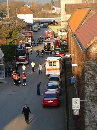 Einsatzkräfte postierten sich neben dem Fabrikgebäude.