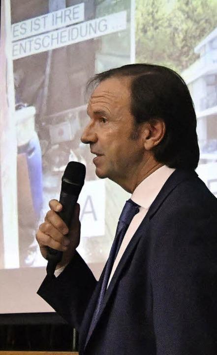 Investor Uwe Birk stellt bei der Infov...ng seine Pläne für den Altenberg vor.   | Foto: W. Künstle