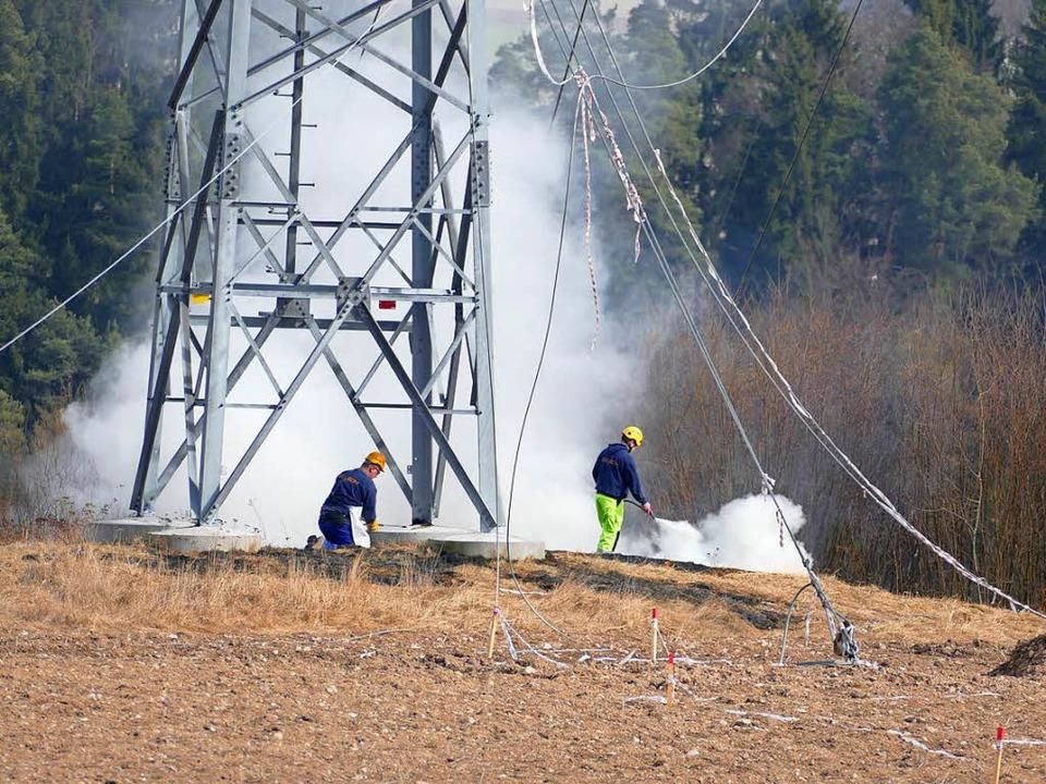 Arbeiter beim Fällen des Strommastes  | Foto: Juliane Kühnemund