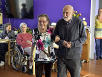 Pflegeheim-Bewohnerinnen sind Models bei Modenschau