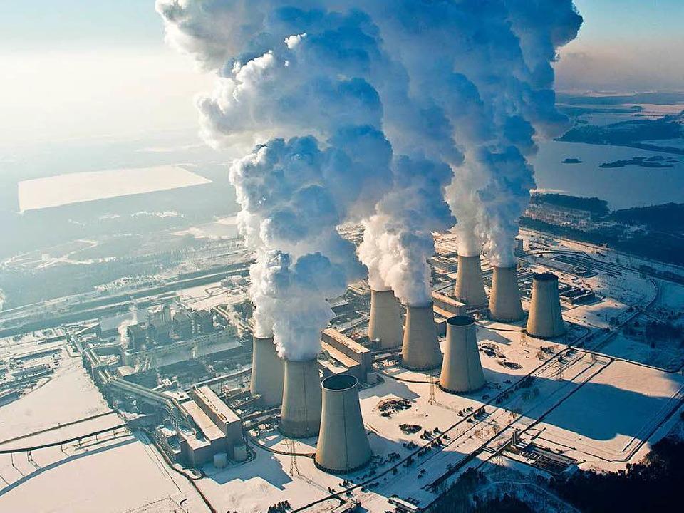 Braunkohlekraftwerke wie hier in Jänsc...n vergleichsweise viel Kohlendioxid.    | Foto: DPA