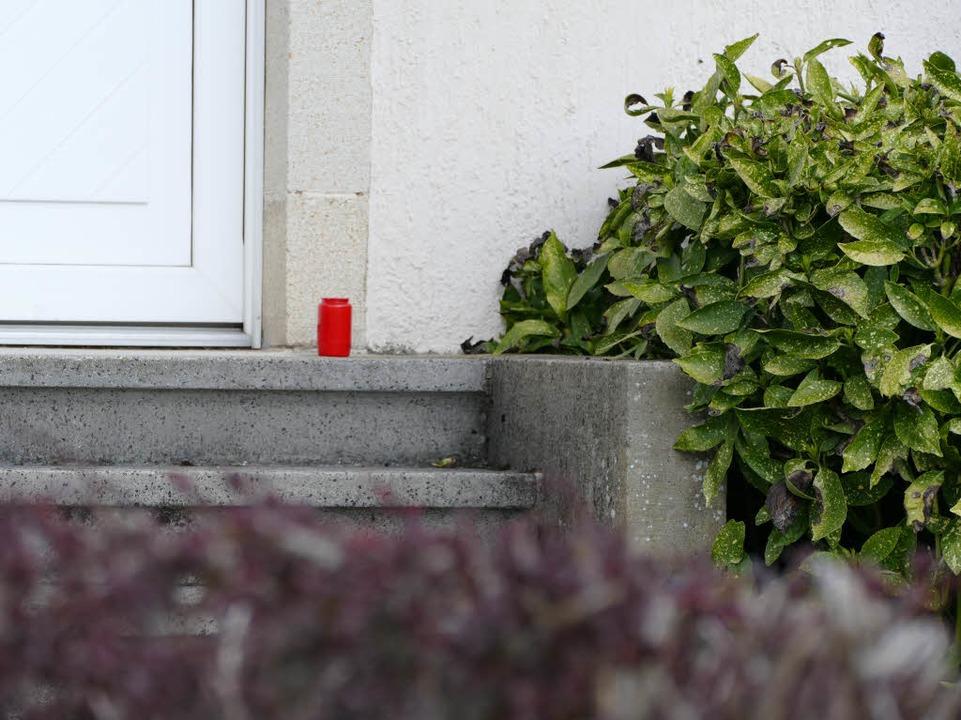 Vor der Haustür des Wohnhauses, in dem...at, hat jemand eine Kerze aufgestellt.  | Foto: Lena Marie Jörger