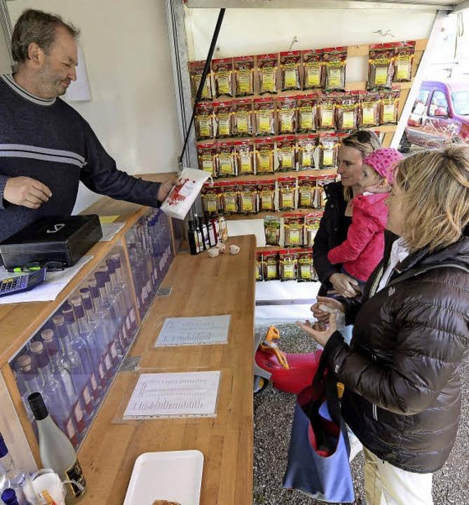 Jochen Bohny verkauft unter anderem Produkte seiner Brennerei.  | Foto: Ingo Schneider