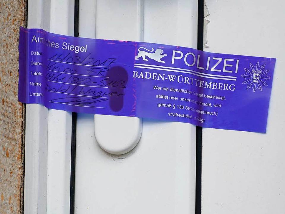 Polizeisiegel an der Wohnungstür des Ehepaares in Emmendingen  | Foto: Lena MArie Jörger