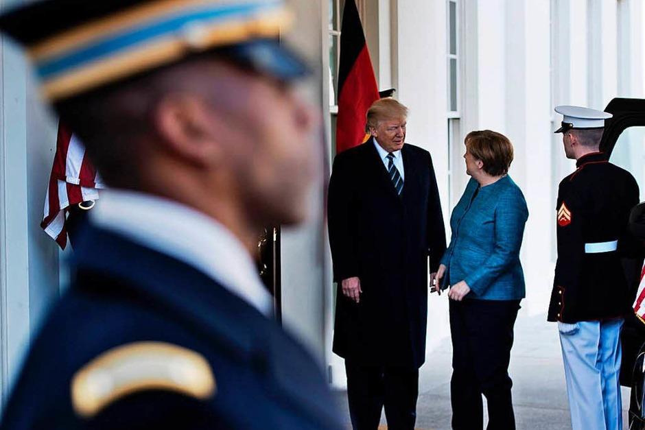 Trump heißt Merkel vor dem Weißen Haus in Washington willkommen. (Foto: AFP)