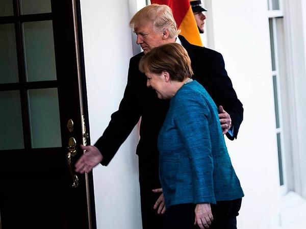Trump heißt Merkel vor dem Weißen Haus in Washington willkommen.