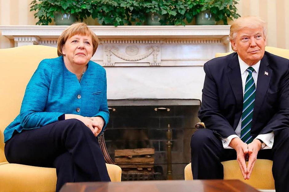 Ein freundschaftlicher Handschlag der beiden für die Kameras im Oval Office blieb aus. Als Merkel nach einem Handschlag fragte, reagierte Trump nicht und blickte in Richtung der Fotografen. Hatte er die Frage einfach nicht gehört? (Foto: dpa)
