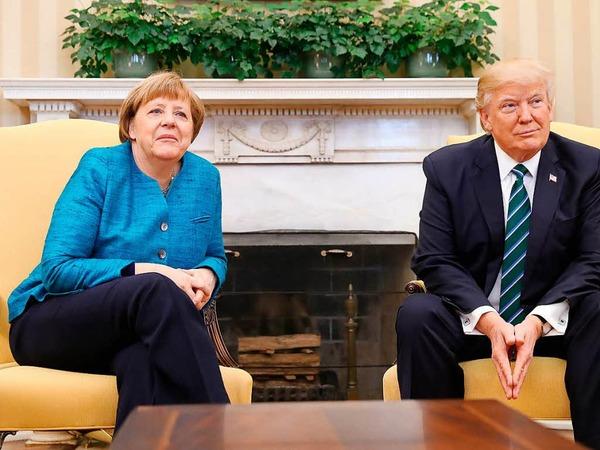 Ein freundschaftlicher Handschlag der beiden für die Kameras im Oval Office blieb aus. Als Merkel nach einem Handschlag fragte, reagierte Trump nicht und blickte in Richtung der Fotografen. Hatte er die Frage einfach nicht gehört?