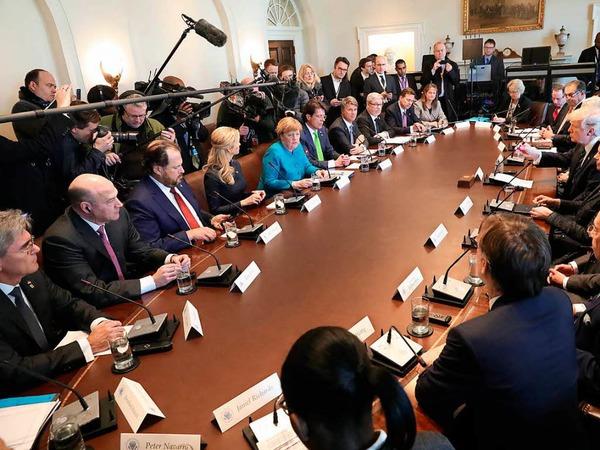 Merkel und Trump treffen sich mit ihren Delegationen im Weißen Haus.