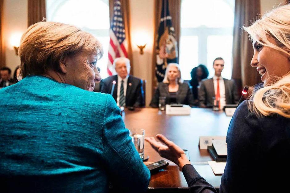Angela Merkel und Ivanka Trump tauschen sich aus. (Foto: AFP)