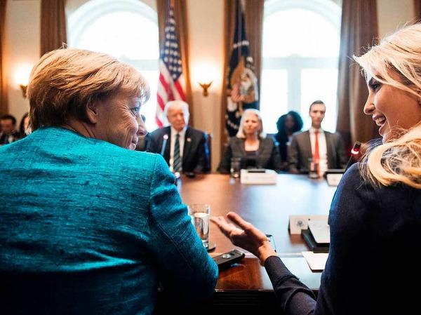 Angela Merkel und Ivanka Trump tauschen sich aus.
