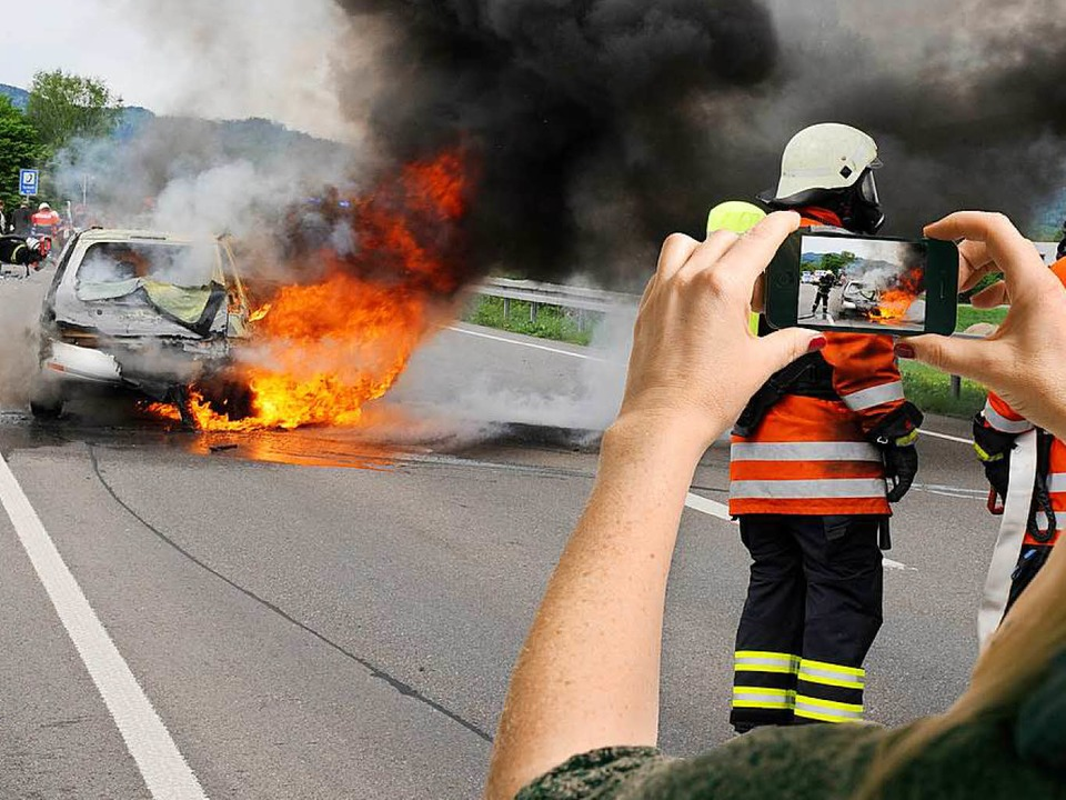 Schaulustige mit Smartphone gehören an Unfallorten zum Alltag.    Foto: dpa Deutsche Presse-Agentur