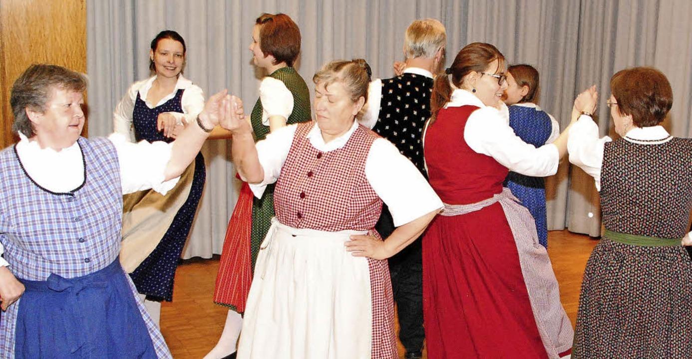 Der Markgräfler Trachtenverein unterhi...ltennachmittag  mit  Gesang und Tanz.   | Foto: Sedlak