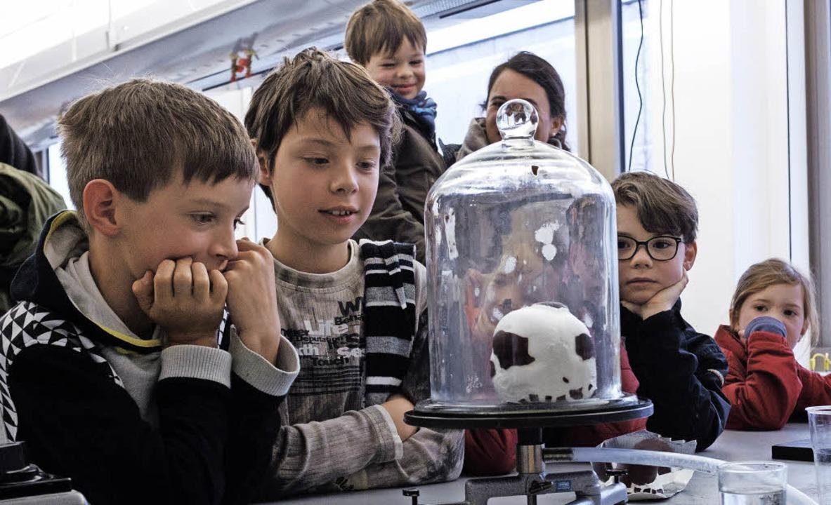 Der Schokokuss im Vakuum faszinierte die Kinder.   | Foto: Ansgar Taschinski