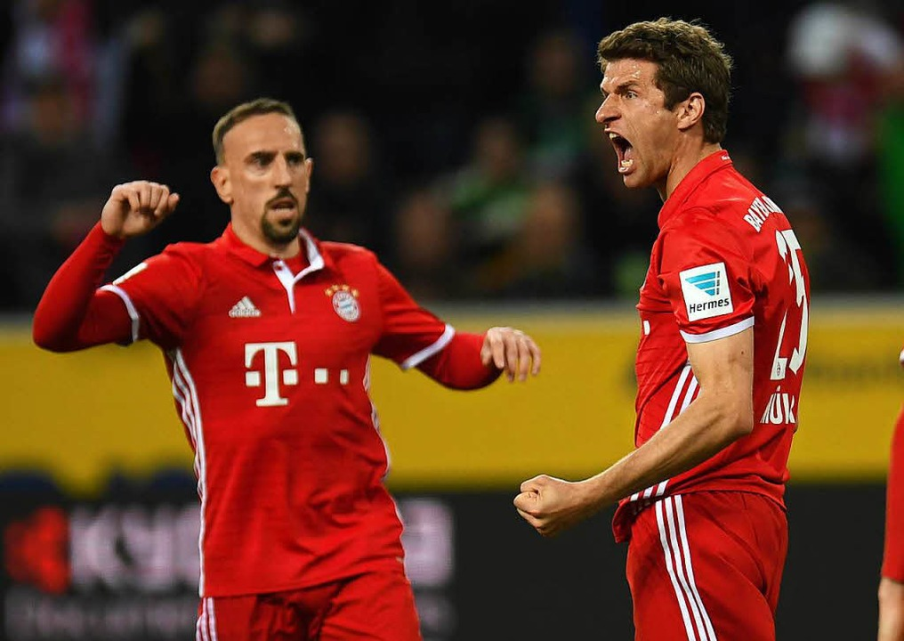 Jubel bei Thomas Müller (r.) nach sein...Mönchengladbach. Links: Franck Ribéry.  | Foto: AFP