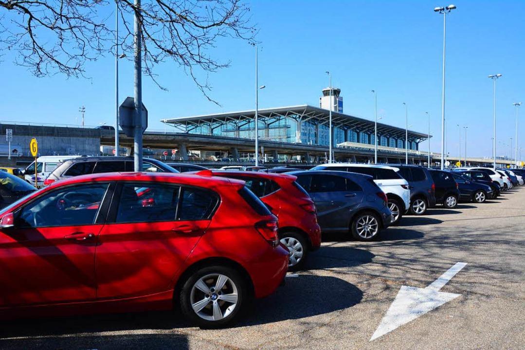 Der Parkraum am  Euro-Airport stößt zu Spitzenzeiten an seine Grenzen.  | Foto: Annette Mahro