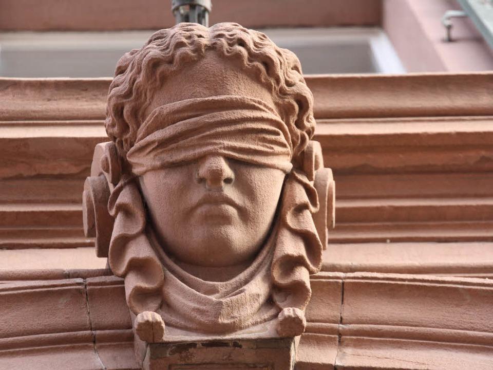 Justitia am Gerichtsgebäude.  | Foto: Christiane Franz