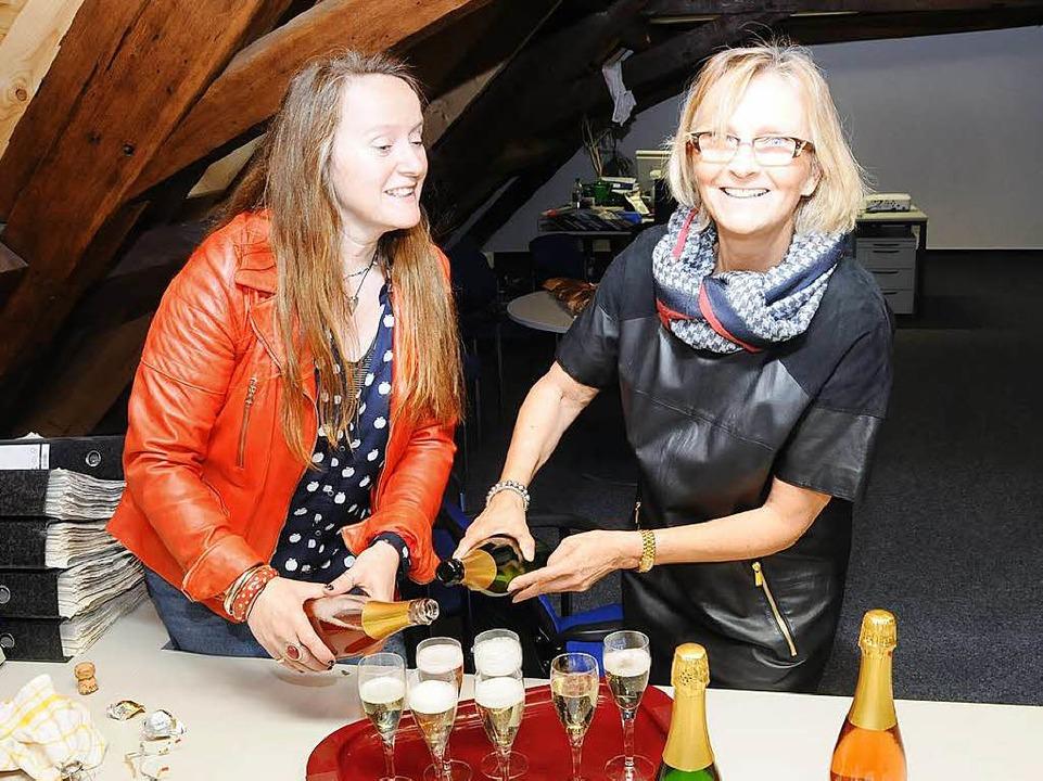 Den Abschied versüßen: Die Sekretärinn...gelika Schmidt (links) und Eva Kozuch.  | Foto: Robert Bergmann