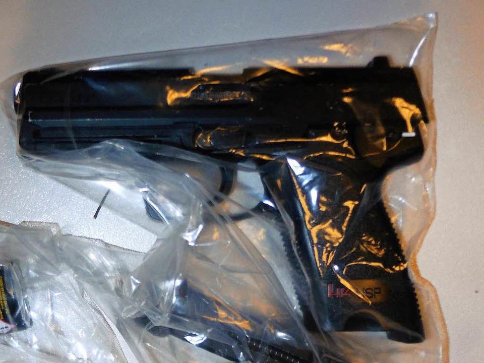Diese Pistole führte der Täter bei sei...ch um eine Schreckschusswaffe handeln.  | Foto: Polizei Freiburg