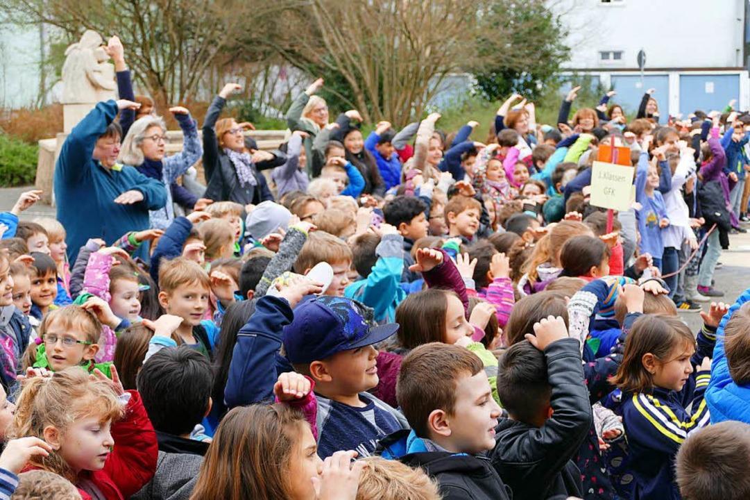 Mit dem Rapsong Goetheschule begrüßten die Kinder die Ministerin.    Foto: Ingrid Böhm-Jacob