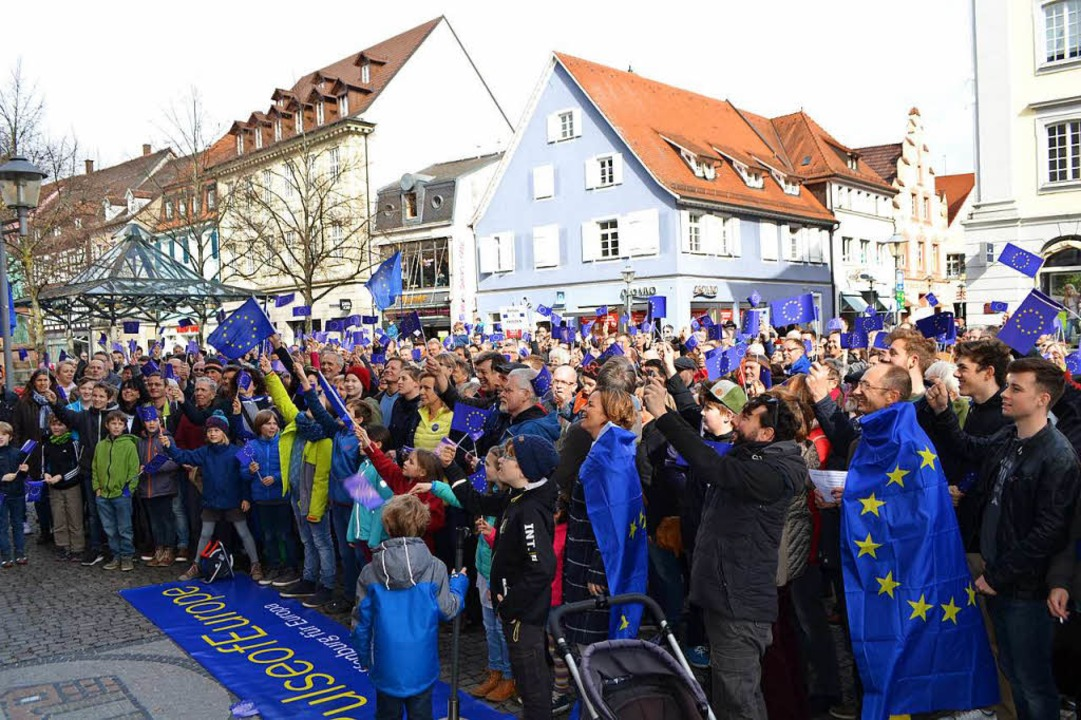 Rund 500 Demonstranten waren bei der Offenburg-Premiere von Pulse of Europe.  | Foto: reim