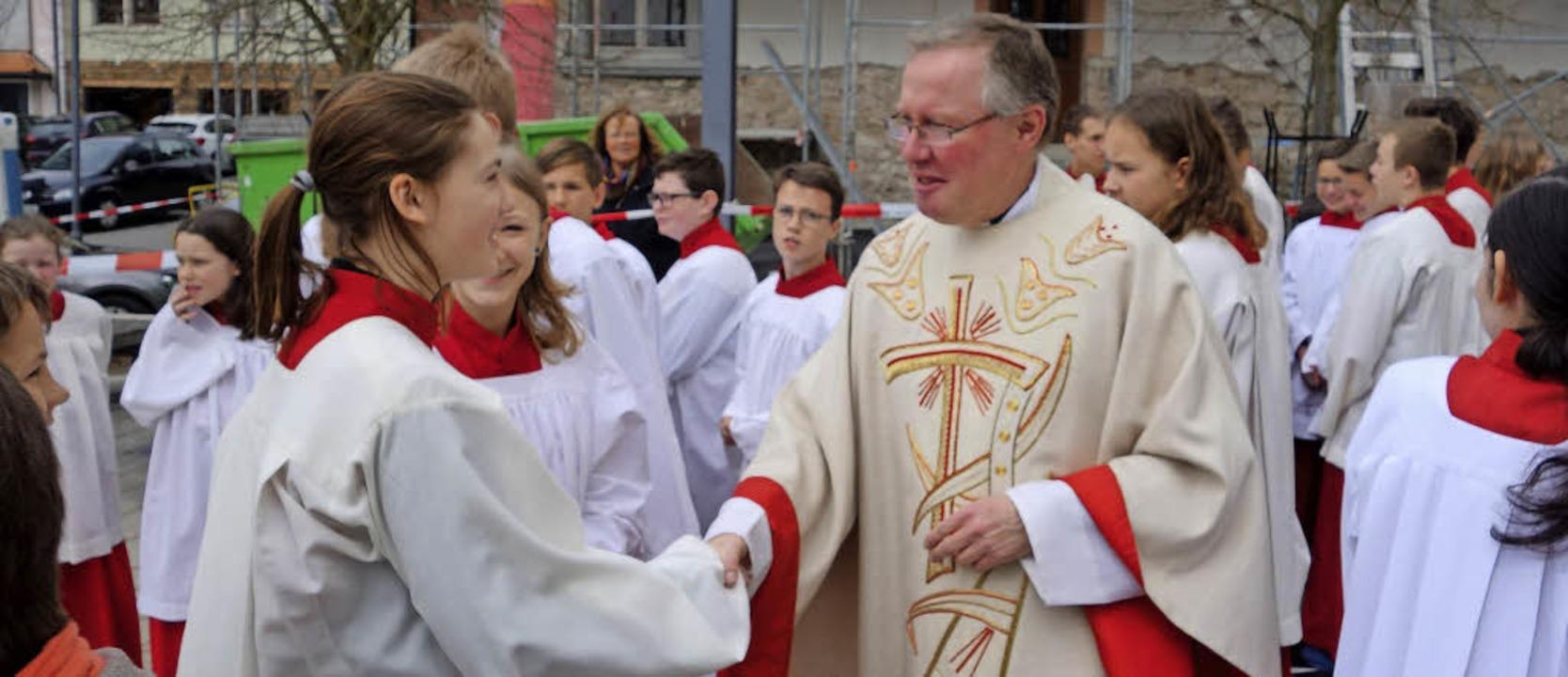 Pfarrer Olaf Winter verabschiedet sich von seinen Ministranten.  | Foto: Andreas Mahler