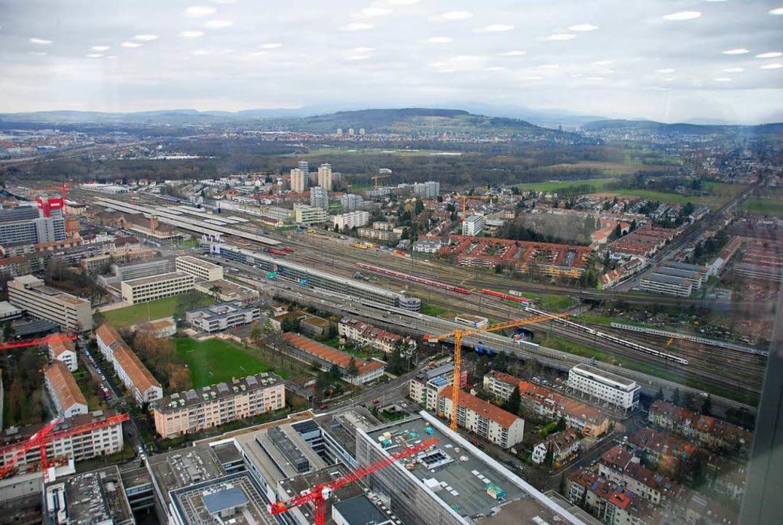 Atemberaubender Ausblick  über Basel  ...in, mit den drei markanten Hochhäusern  | Foto: Norbert Sedlak