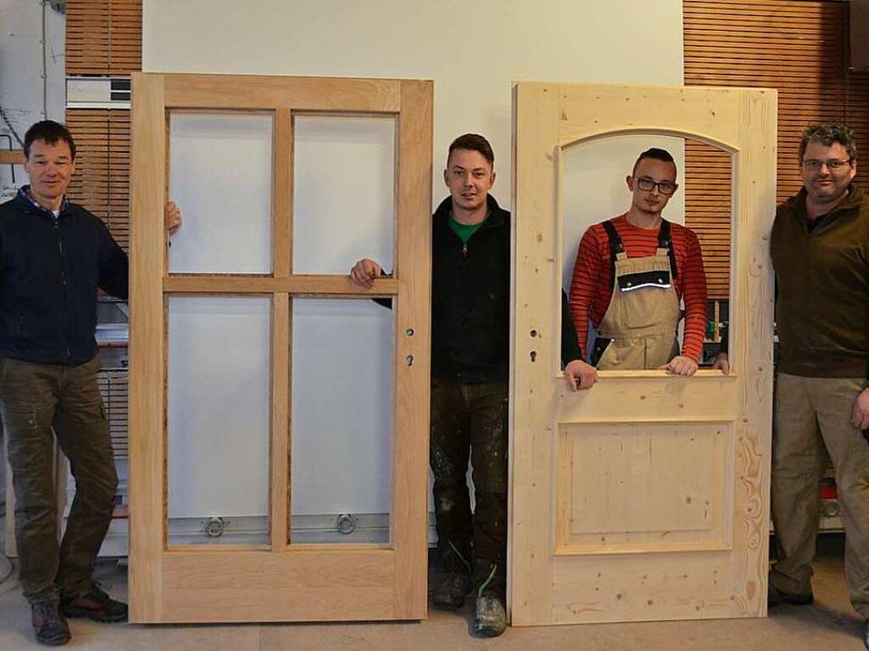 Karl-Heinz Rogg (rechts) und seine Mit...mann (von links) mit zwei Sondertüren.    Foto: Christiane Sahli