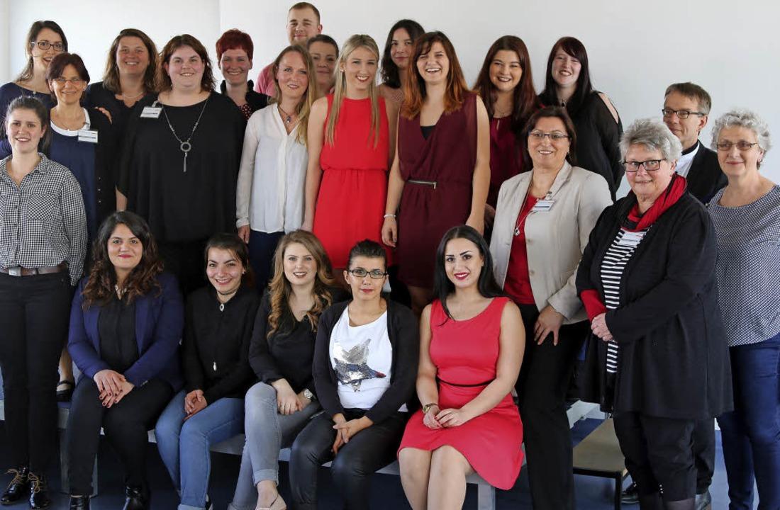 Die Absolventen der Schule für Pflegeb...dkreises Lörrach mit ihren Ausbildern   | Foto: Katharina Bartsch