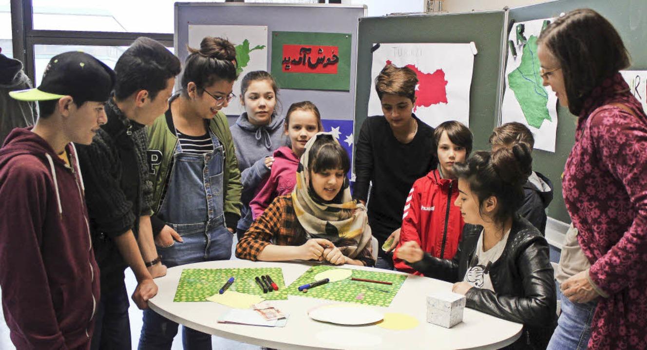 Die Schüler der Vorbereitungsklasse sc... an der Jengerschule in Ehrenkirchen.   | Foto: Lara Walter