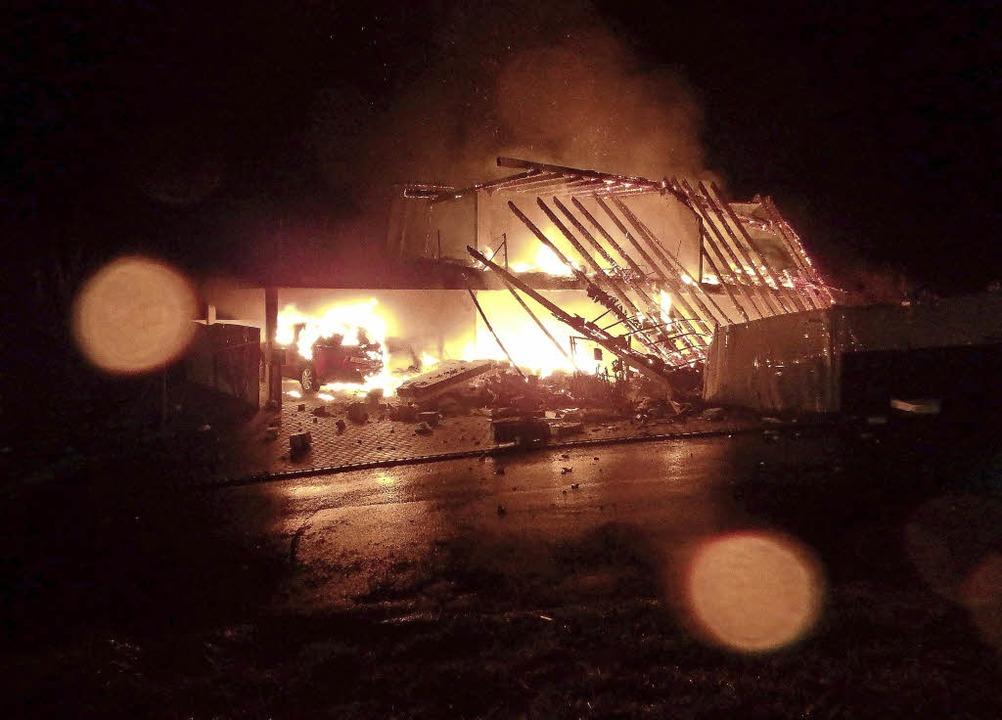 Als die Feuerwehr vor Ort eintraf, stand das Gebäude  in Vollbrand.  | Foto: Kantonspolizei Aargau